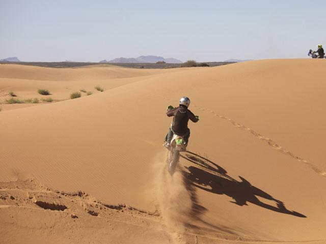 Moto dans les dunes
